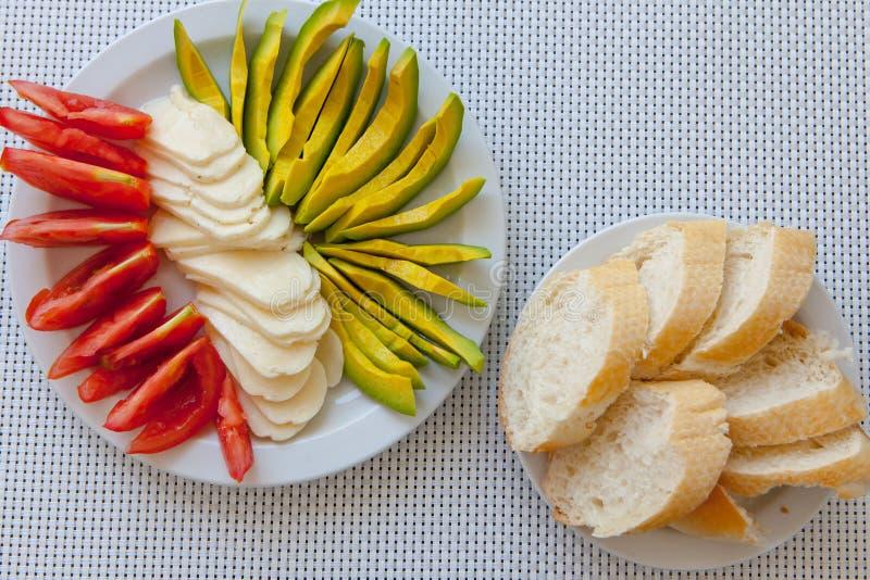 Gesunder Snack des Sommers diente auf Portaltabelle im Freien lizenzfreie stockbilder