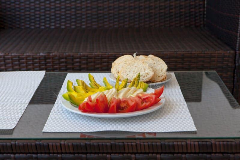 Gesunder Snack des Sommers diente auf Portaltabelle im Freien stockbild