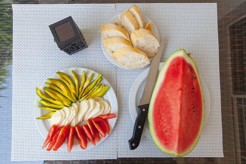 Gesunder Snack des Sommers diente auf Portaltabelle im Freien stockfoto