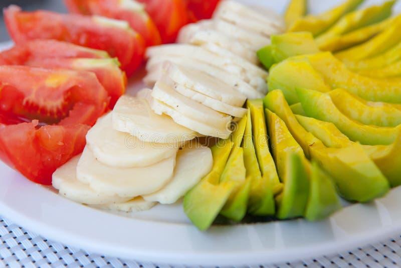 Gesunder Snack des Sommers diente auf Portaltabelle im Freien lizenzfreies stockbild