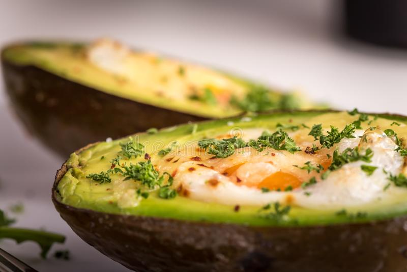 Gesunder Teller des strengen Vegetariers - Avocado backte mit Ei stockfotos