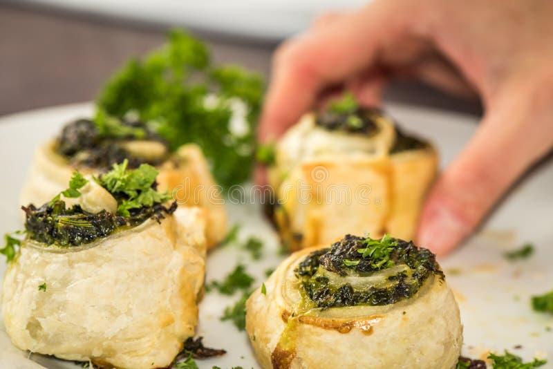 Gesunder Teller des strengen Vegetariers - französisches Gebäck mit Spinat lizenzfreie stockfotografie