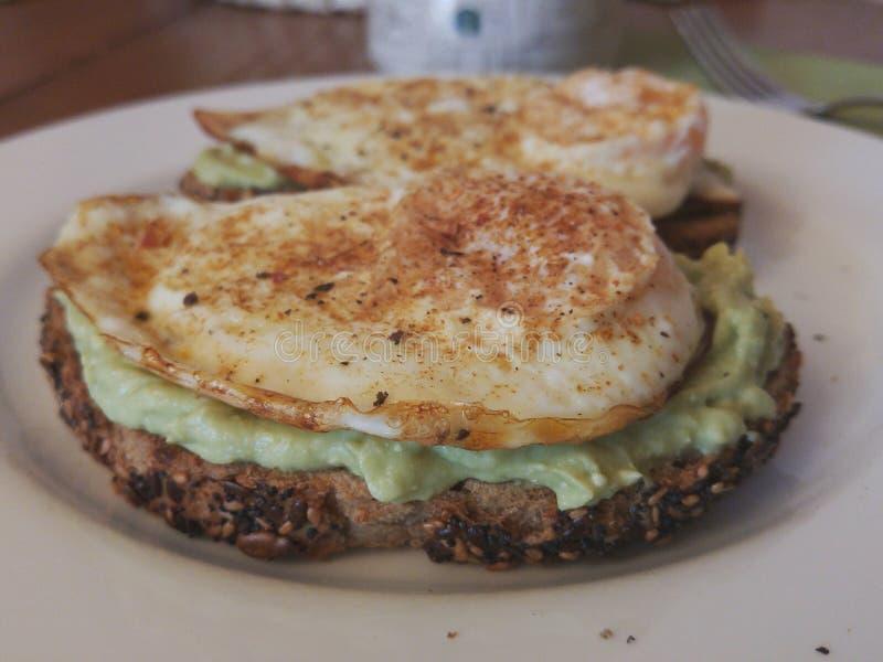 Gesunder Toast mit Avocado und Spiegelei auf Tabelle zum Frühstück stockbilder