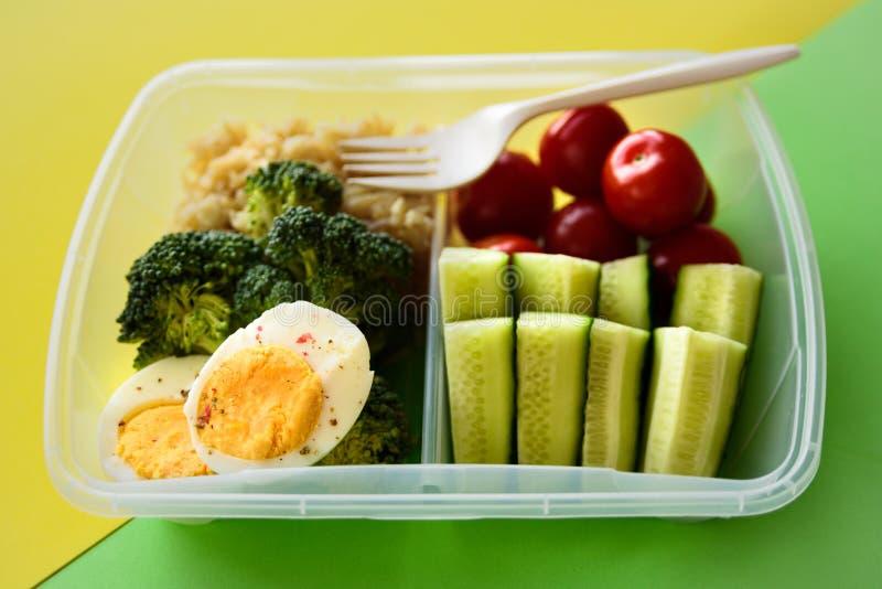 Gesunder vegetarischer Mittagessenkasten stockbilder