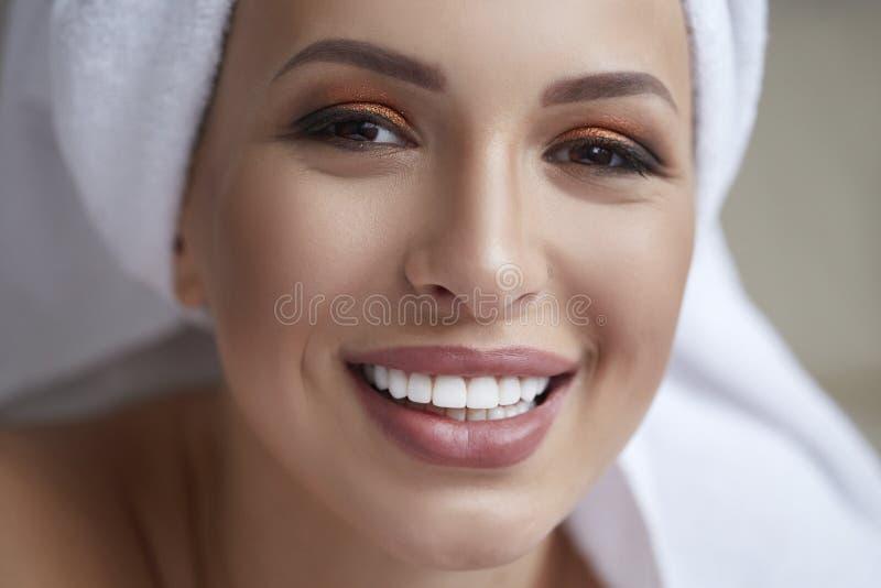 Gesunder weißer Lächelnabschluß oben Schönheitsfrau mit perfektem Lächeln, den Lippen und den Zähnen Schönes Mädchen mit vollkomm stockfoto