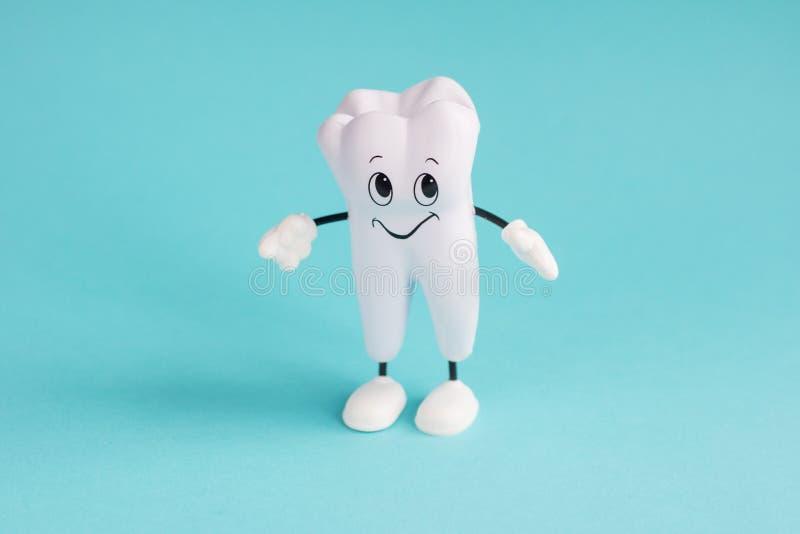 Gesunder weißer Zahn Zahn auf Blau lizenzfreie stockfotos