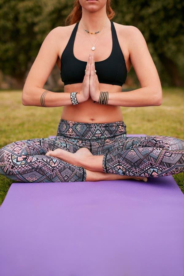 Gesundes übendes Yoga der jungen Frau im Park lizenzfreie stockfotografie