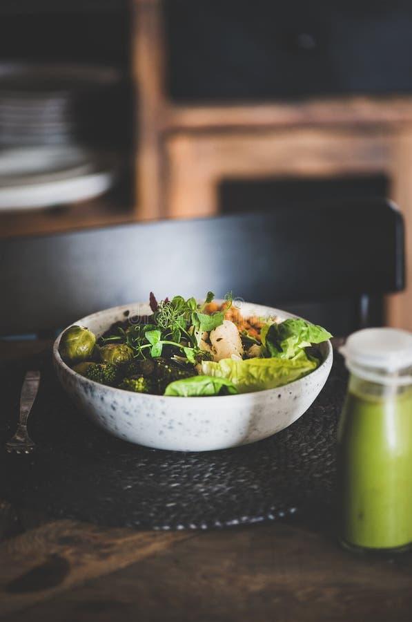 Gesundes Abendessen hummus, Gemüse und Bohnen superbowl und Smoothie lizenzfreies stockfoto