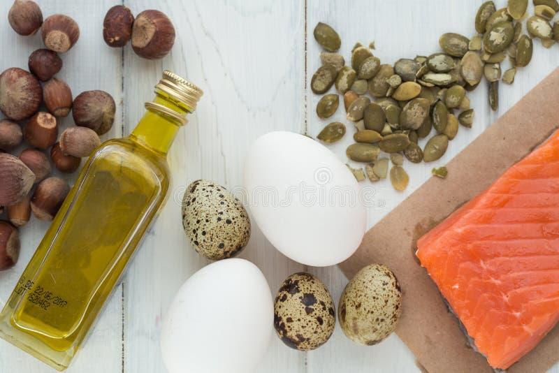 Gesundes biologisches Lebensmittel Produkte mit gesunden Fetten Omega 3 Omega 6 Bestandteile und Produkte: Lachsolivenöl-Avocadon stockbild