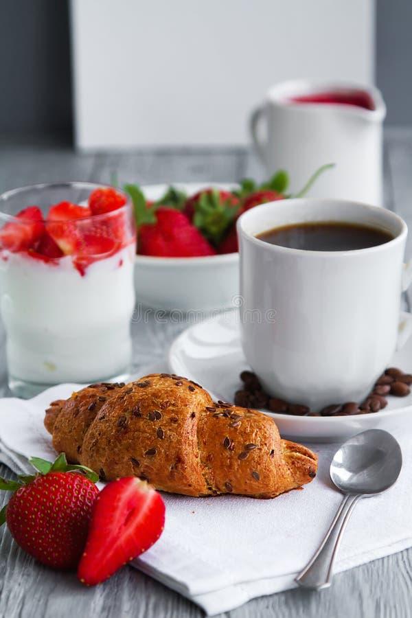 gesundes breackfast zum gesundes Frühstück mit köstlichem Hörnchen und Erdbeeren für frühen Morgen lizenzfreies stockfoto