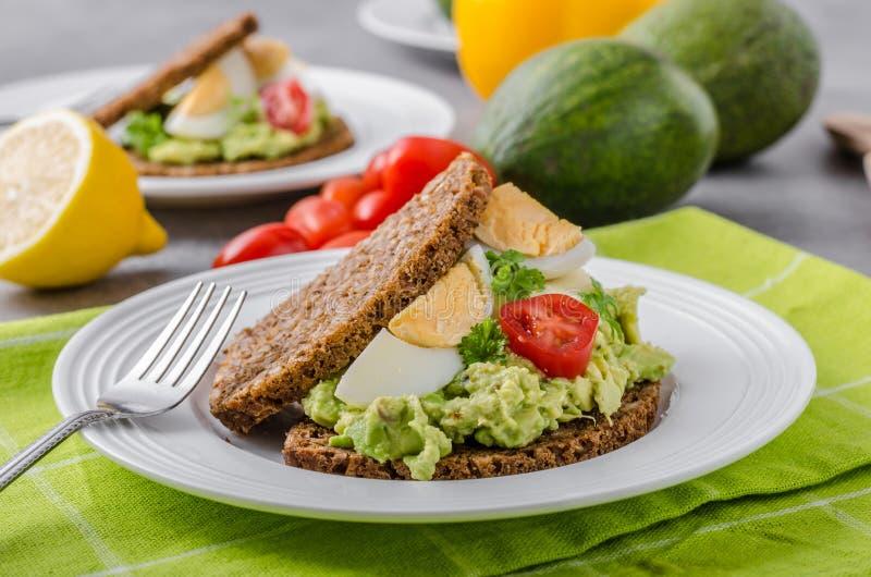 Gesundes Brot mit Avocadoverbreitung stockfoto