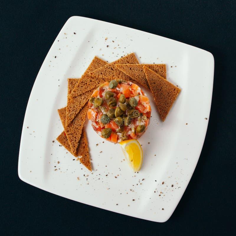 Gesundes Brot mit Avocadoverbreitung, -zitrone, -gemüse und -eiern stockbilder
