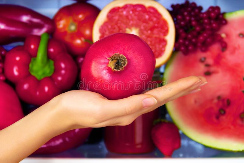 Gesundes buntes Sommergemüse und -früchte stockfotografie