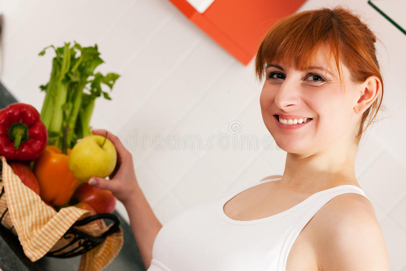 Gesundes Essen - Frau mit Apfel stockbild