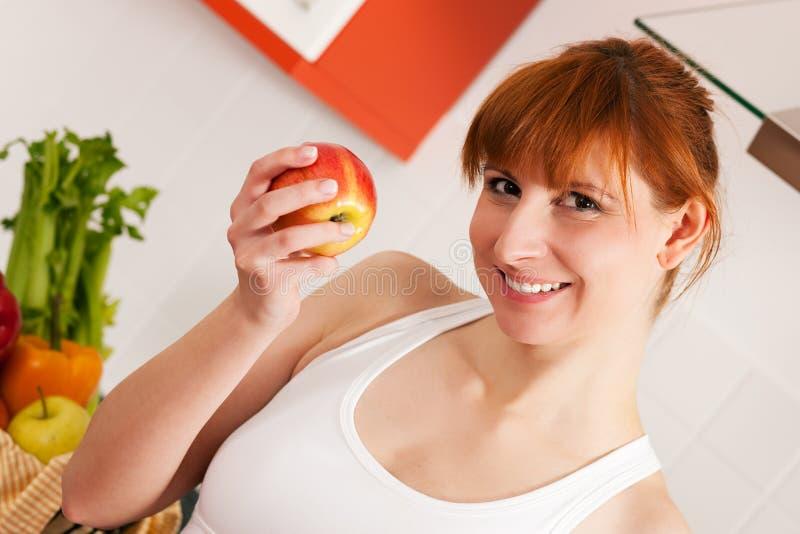 Gesundes Essen - Frau mit Apfel lizenzfreie stockbilder