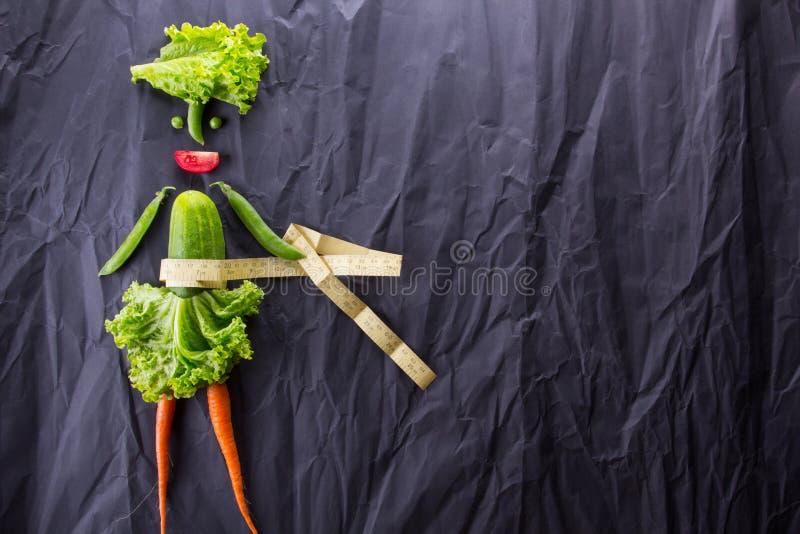 Gesundes Essen Lustige kleine Frau gemacht vom Gemüse Mit Platz für Text lizenzfreie stockfotos