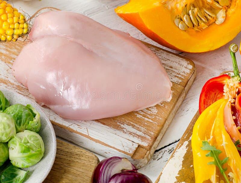 Gesundes Essenkonzept Früchte, Gemüse und Hühnerbrust lizenzfreie stockfotografie