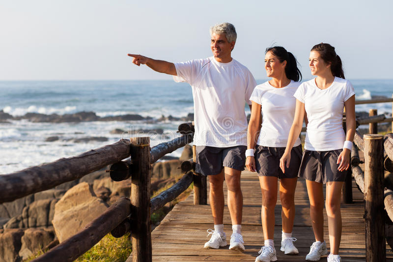 Gesundes Familiengehen lizenzfreies stockbild