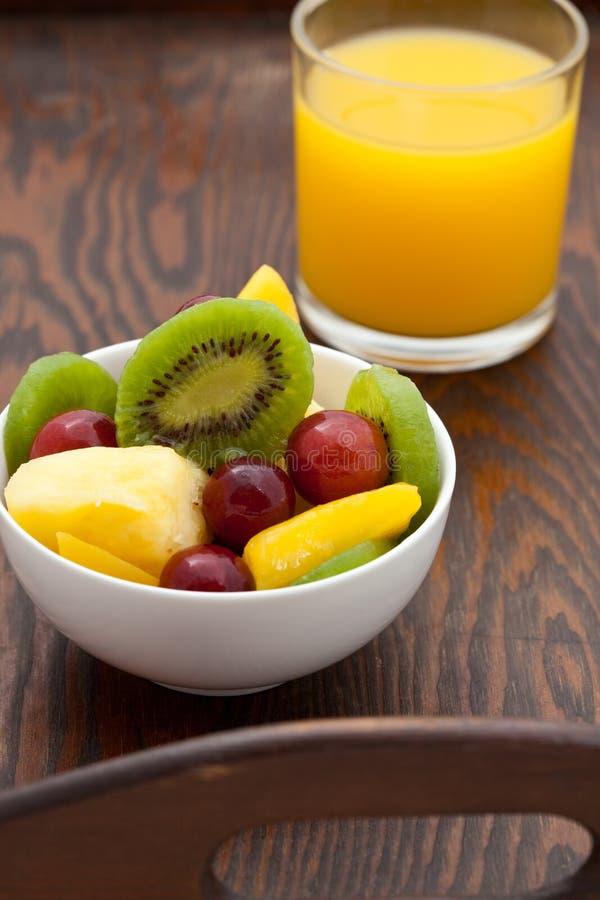 Gesundes Frühstück des Fruchtsalates und des Orangensaftes lizenzfreies stockfoto