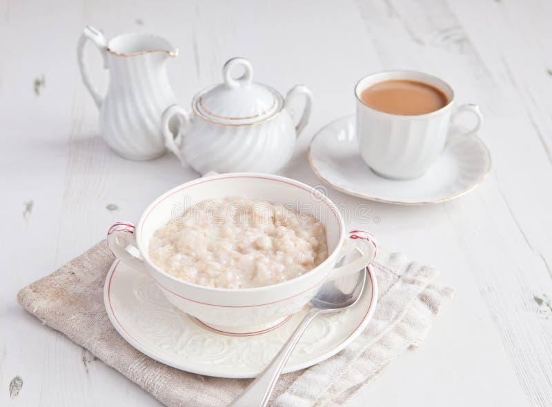 Gesundes Frühstück: Haferbrei mit Kaffee stockbilder