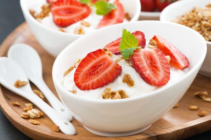 Gesundes Frühstück - Jogurt mit frischen Erdbeeren und Granola lizenzfreie stockbilder