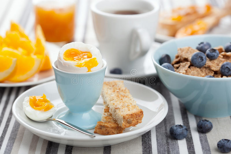 Gesundes Frühstück mit Ei stockbilder