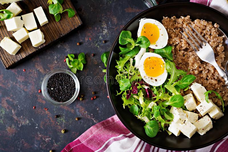 Gesundes Frühstück mit Ei-, Käse-, Kopfsalat- und Buchweizenbrei auf dunklem Hintergrund Richtige Nahrung Diätetisches Menü stockfotos