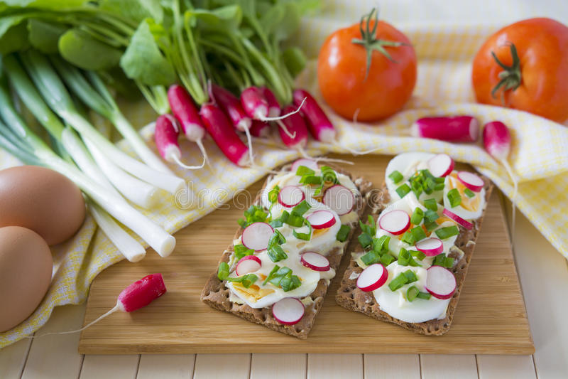 Gesundes Frühstück mit frischem organischem Gemüse lizenzfreies stockfoto