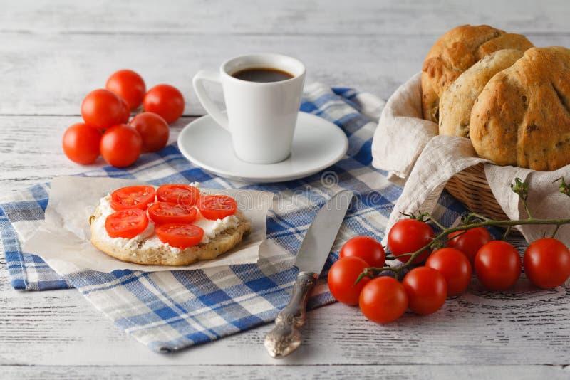 Gesundes Frühstück mit frischer Tomate und Kaffee lizenzfreie stockfotografie