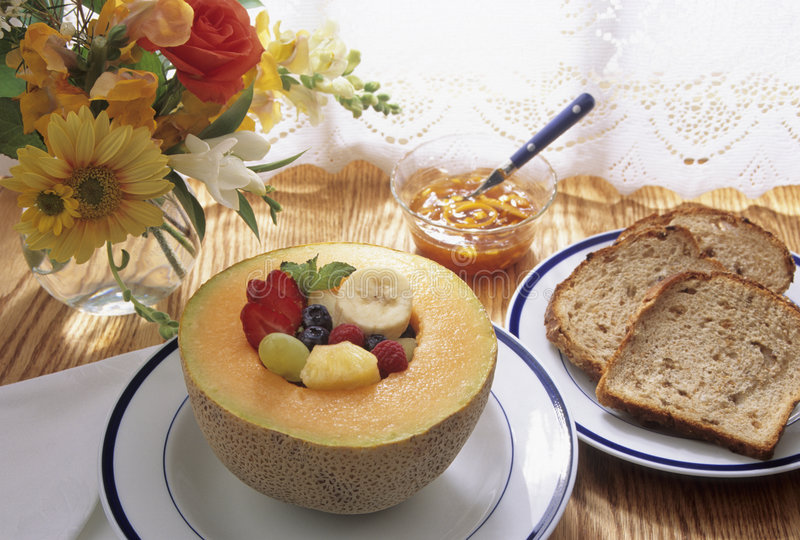 Gesundes Frühstück mit Frucht und Toast stockbild