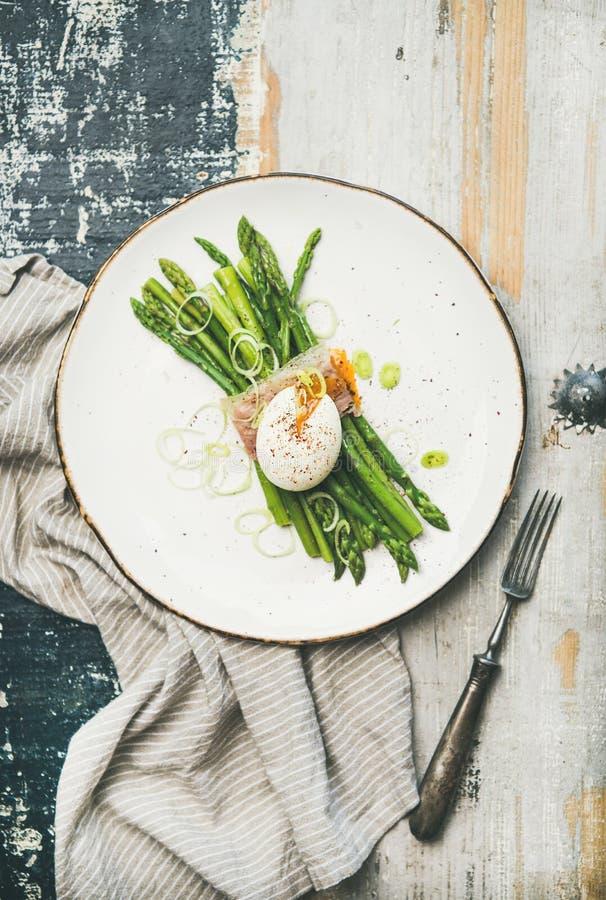 Gesundes Frühstück mit grünem Spargel, weich gekocht Ei, Speck lizenzfreies stockfoto