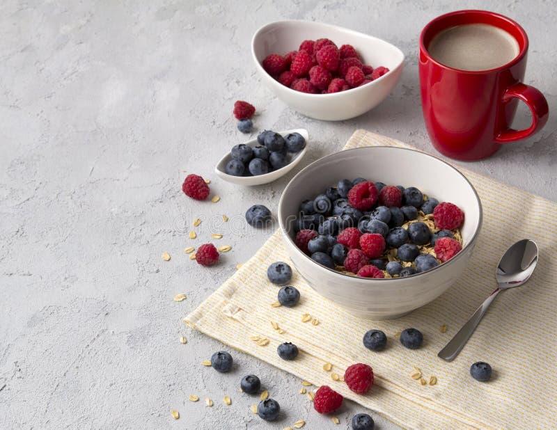 Gesundes Frühstück mit Hafermehl, Kaffee und Beeren lizenzfreies stockfoto