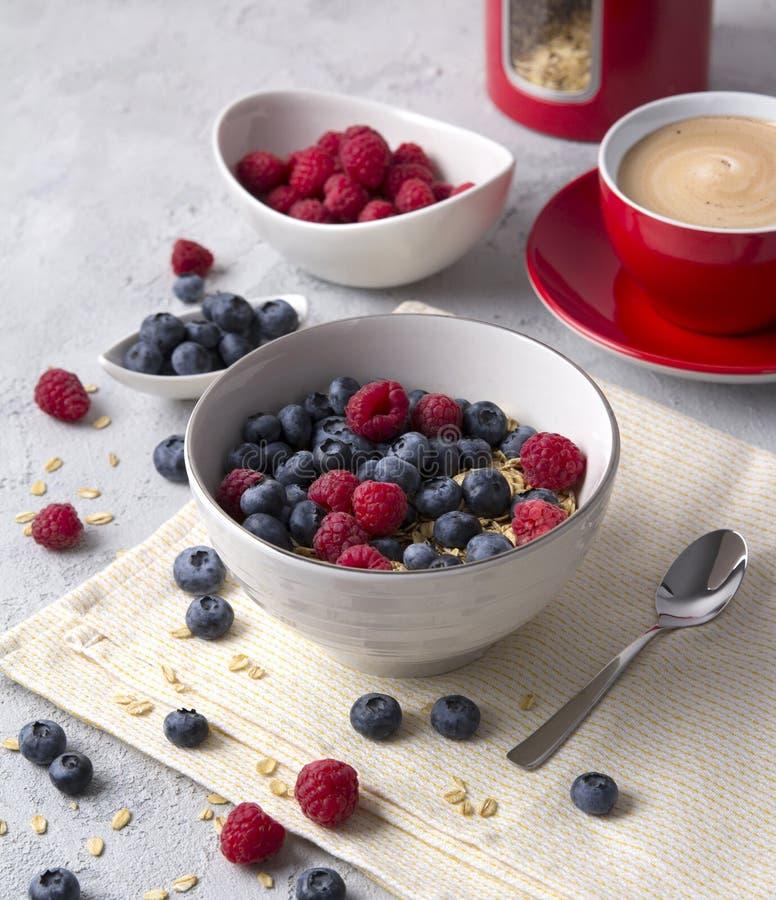 Gesundes Frühstück mit Hafermehl, Kaffee und Beeren stockfoto