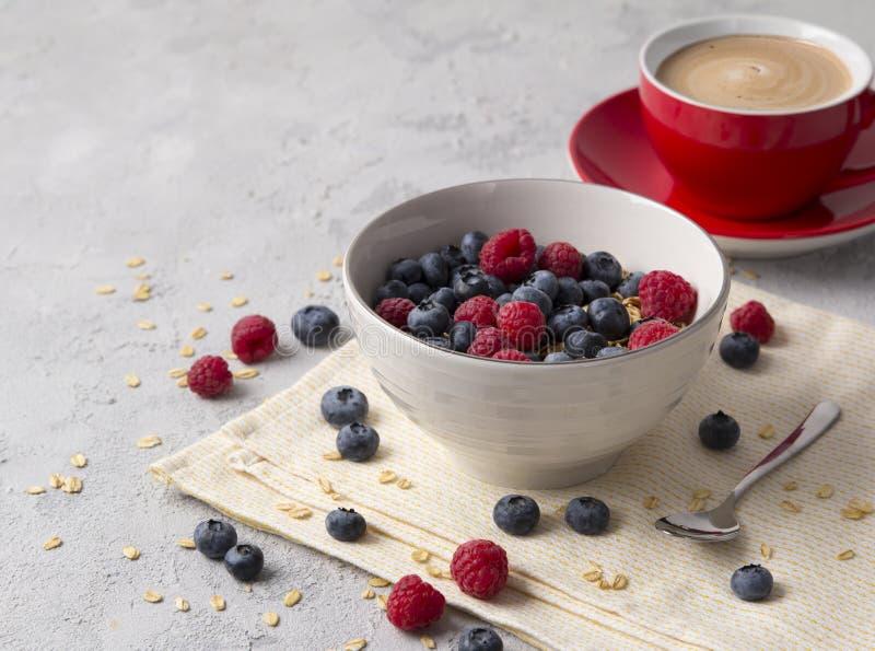 Gesundes Frühstück mit Hafermehl, Kaffee und Beeren stockbilder