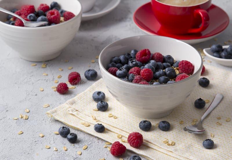 Gesundes Frühstück mit Hafermehl, Kaffee und Beeren lizenzfreies stockbild