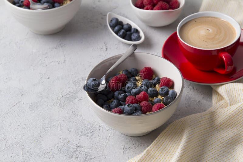 Gesundes Frühstück mit Hafermehl, Kaffee und Beeren stockbild