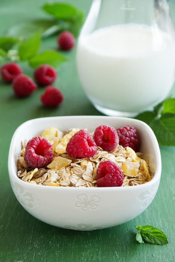 Gesundes Frühstück mit Himbeeren stockfotografie