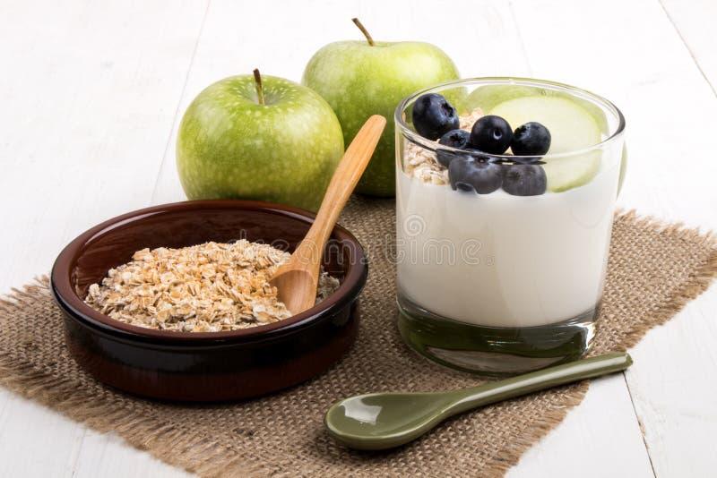 Gesundes Frühstück mit Jogurt in einem Glas, frische grüne Äpfel, ju lizenzfreie stockfotografie