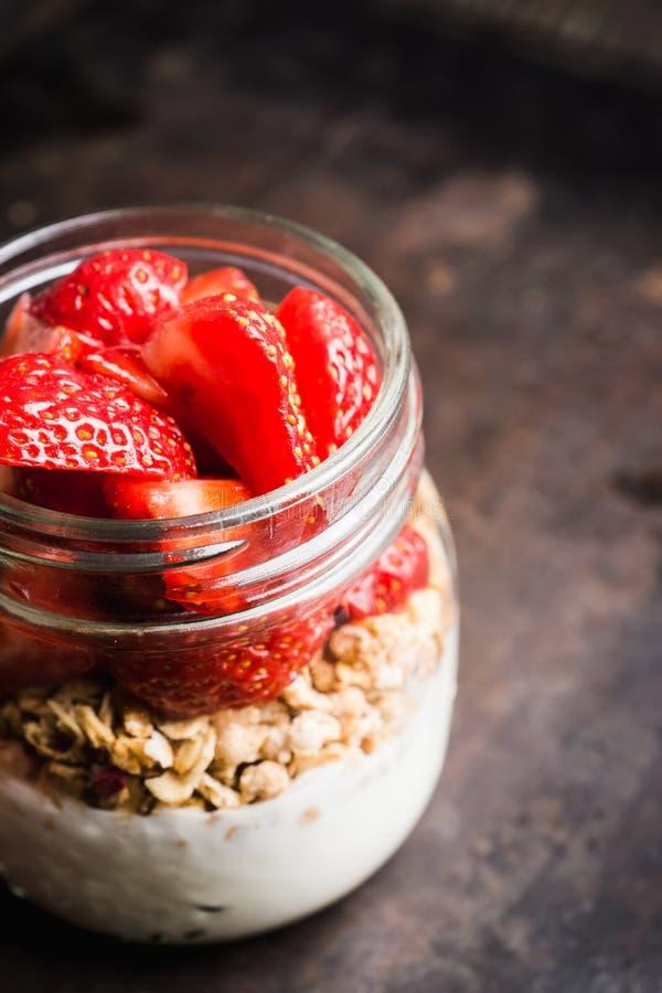 Gesundes Frühstück mit Jogurt, muesli und roter reifer Erdbeere lizenzfreies stockbild