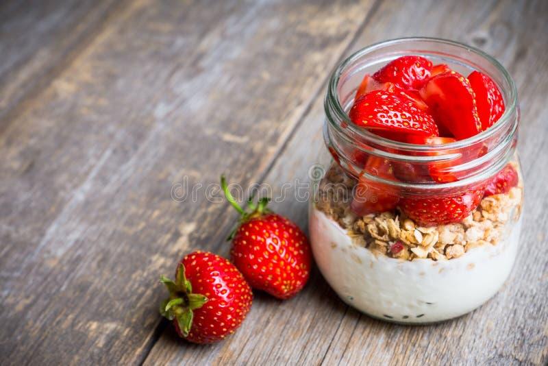 Gesundes Frühstück mit Jogurt, muesli und roter reifer Erdbeere stockbilder