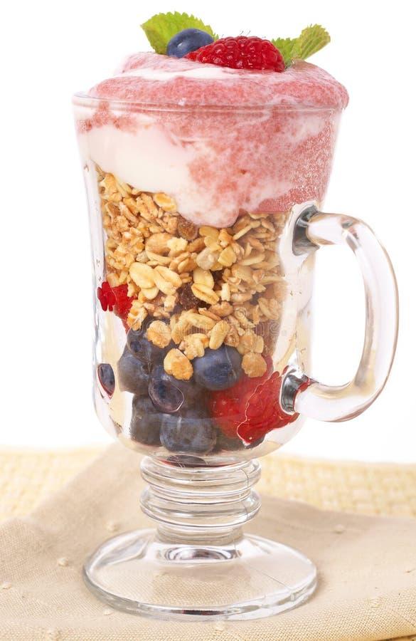 Gesundes Frühstück mit muesli und Joghurt stockfotografie