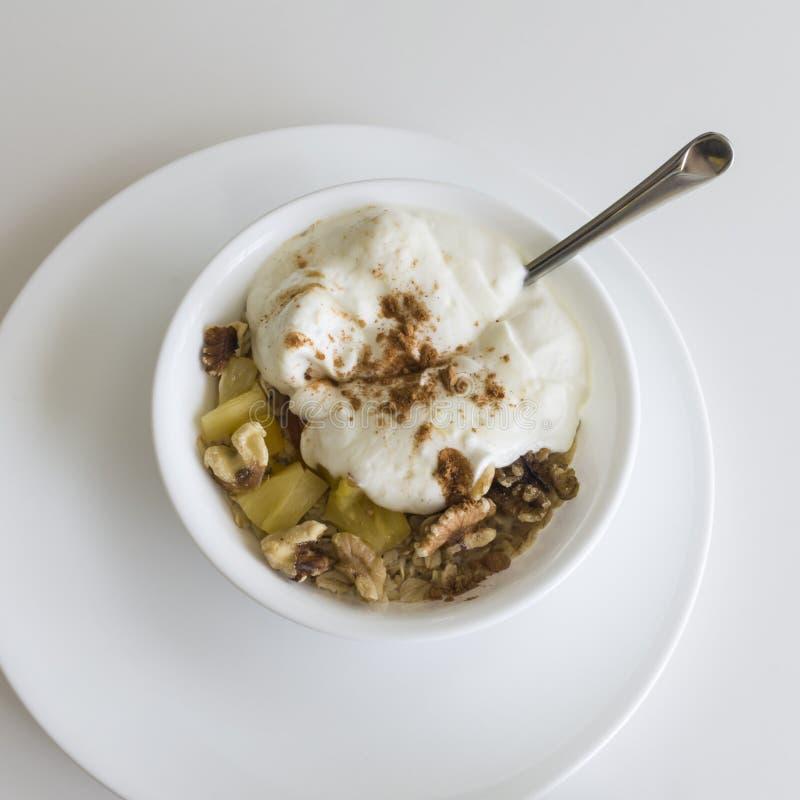 Gesundes Frühstück von Hafern, Nüsse, Ananas lizenzfreies stockbild
