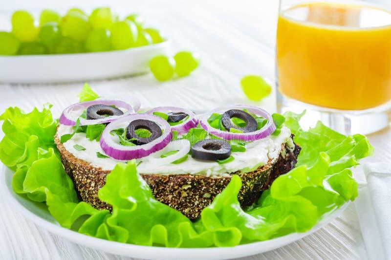 Gesundes Fr?hst?ck: Sandwiche mit Gem?se und Kr?uter, Orangensaft und Trauben auf wei?em Holztisch lizenzfreie stockfotos