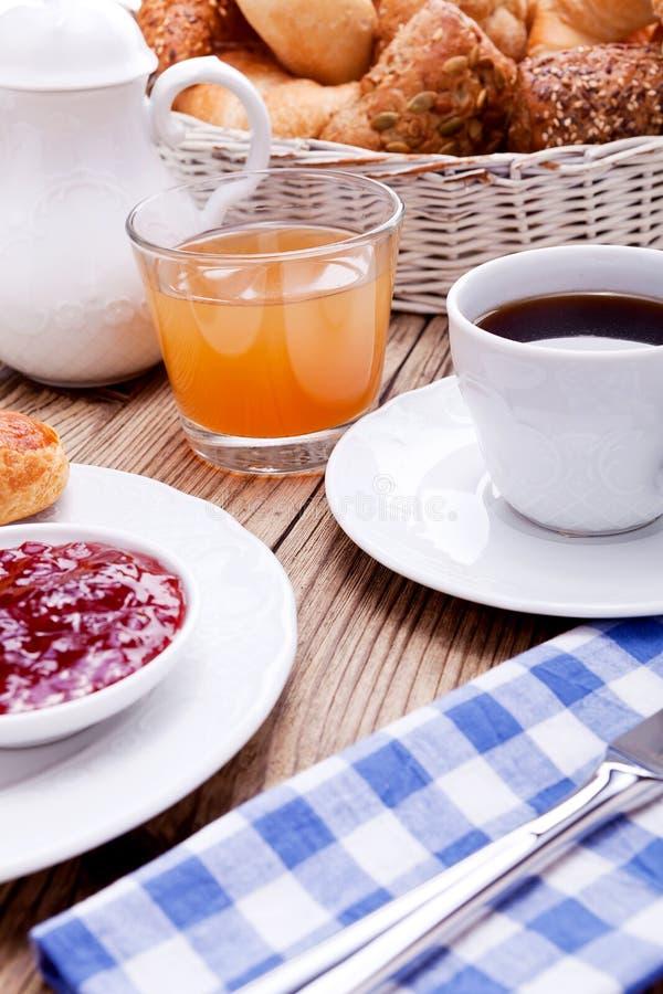 Gesundes französisches Frühstückskaffeehörnchen stockbild