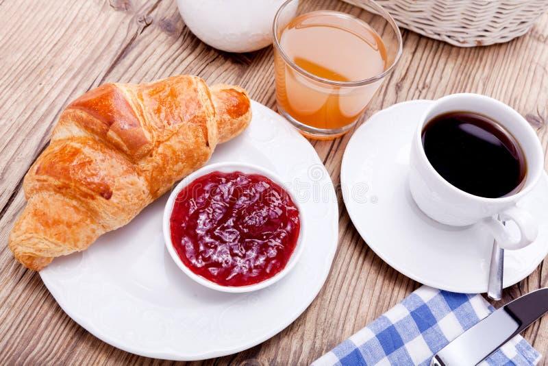 Gesundes französisches Frühstückskaffeehörnchen stockfotografie