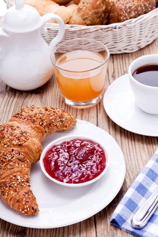 Gesundes französisches Frühstückskaffeehörnchen lizenzfreie stockfotografie