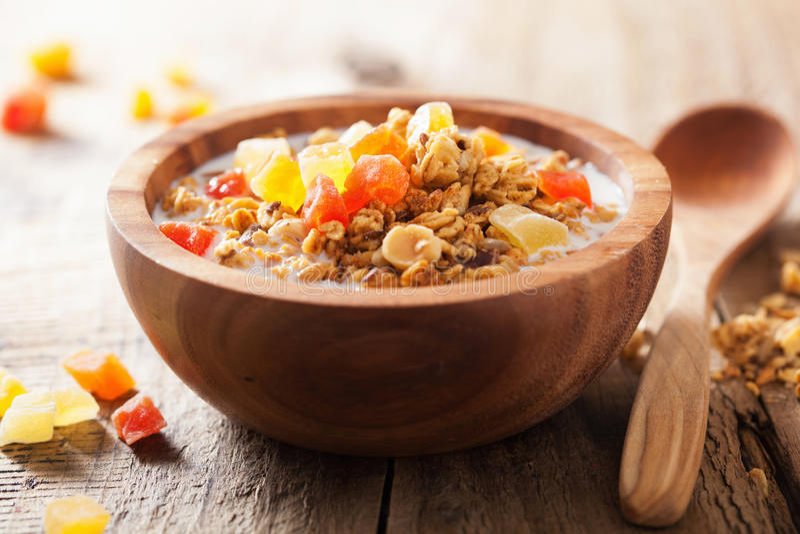Gesundes Granola mit trockenen Früchten zum Frühstück lizenzfreies stockfoto