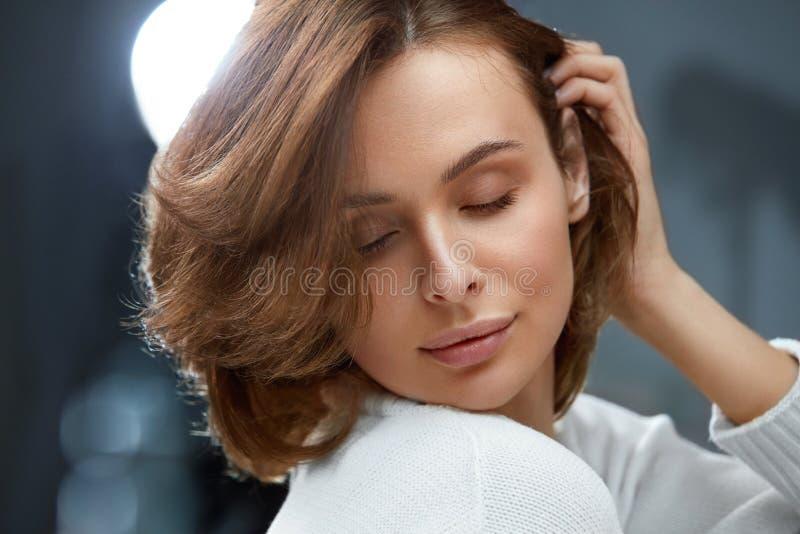 Gesundes Haar Schönheit mit dem kurzen braunen Haar lizenzfreie stockfotos