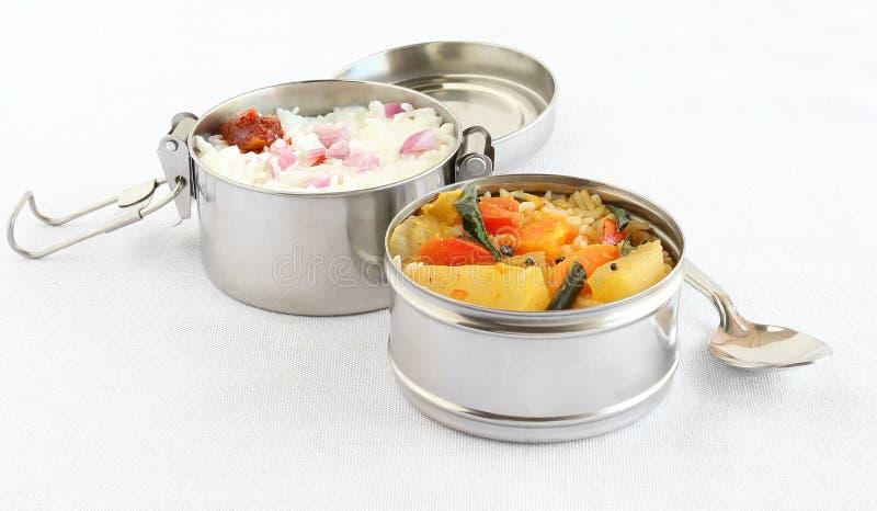 Gesundes indisches vegetarisches Südmittagessen in einem Lunchbox stockfotos