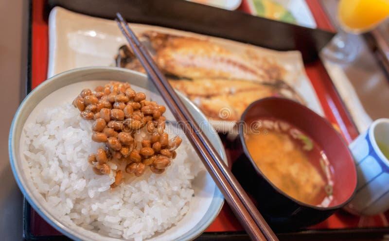 Gesundes japanisches Frühstück mit Misosuppe, gegrillten Fischen, Reis und gegorenen Sojabohnenölbohnen nannte Natto lizenzfreies stockbild